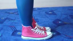 Jana shows her Converse All Star Chucks hi red used