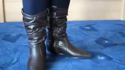 Jana shows her Kayla boots brown with gathered shaft