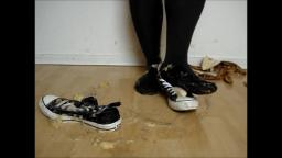 Jana crush banana with her converse chucks hi black and messy them trailer