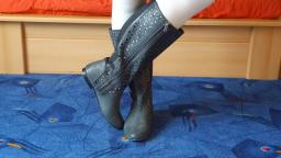 Jana shows her sheego flat boots grey