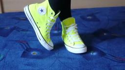 Jana shows her Converse All Star Chucks hi neon yellow