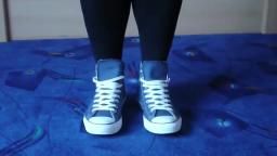 Jana shows her Converse All Star Chucks hi jeans blue