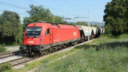 ÖBB Taurus on tour in Europe: 1216-146 with a freight train in Povir, Slovenia. EAT086555