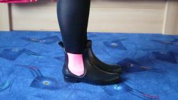 Jana shows her shiny rubber booties chelsea black with elasticated neon pink