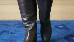 Jana shows her boots dark brown with elastic band behind