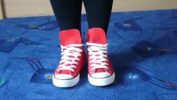 Jana shows her Converse All Star Chucks hi red