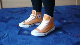 Jana shows her Converse All Star Chucks hi orange used