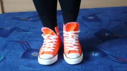 Jana shows her Converse All Star Chucks hi orange
