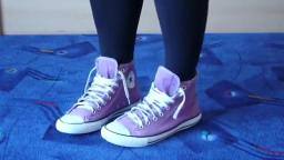 Jana shows her Converse All Star Chucks hi lilac