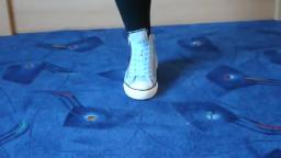 Jana shows her Converse All Star Chucks hi light blue with zips forward