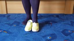 Jana shows her C&A leisure sneaker yellow with glittery
