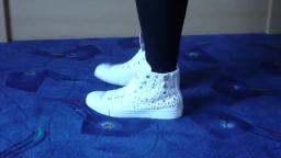 Jana shows her Converse All Star Chucks hi white with gold rivets