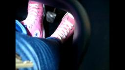 Jana make a pedal pumping with her pink Converse All Star Chucks hi and shiny blue jeans leggins tra